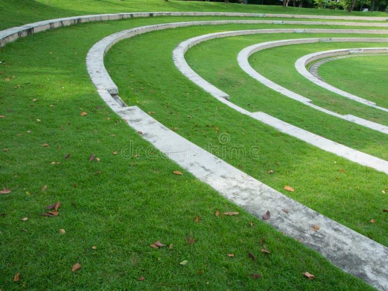 La cour verte extérieure dans les escaliers de parc courbent la ligne sabot de mais photo stock