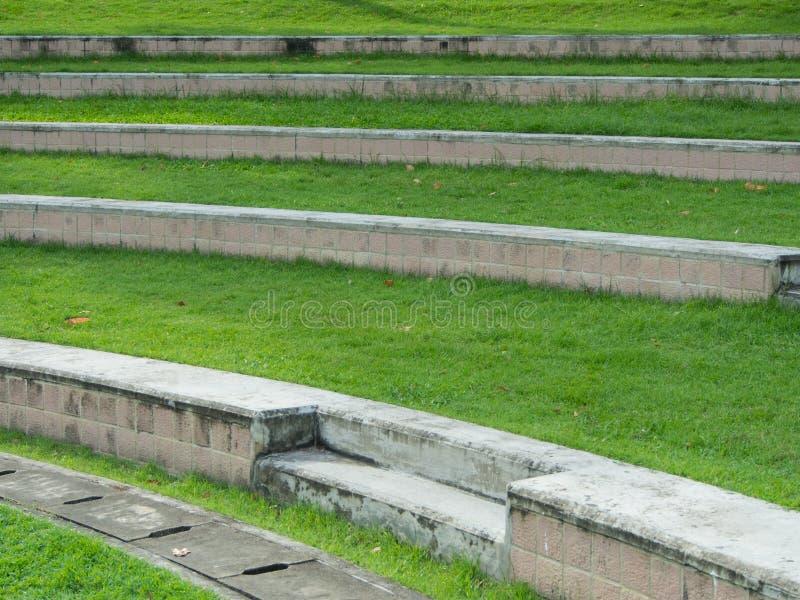 La cour verte extérieure dans les escaliers de parc courbent la ligne sabot du lef photo stock