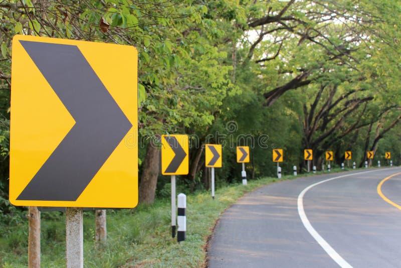 La courbe de route avec la lumière de réflexe de plaques de rue photos stock