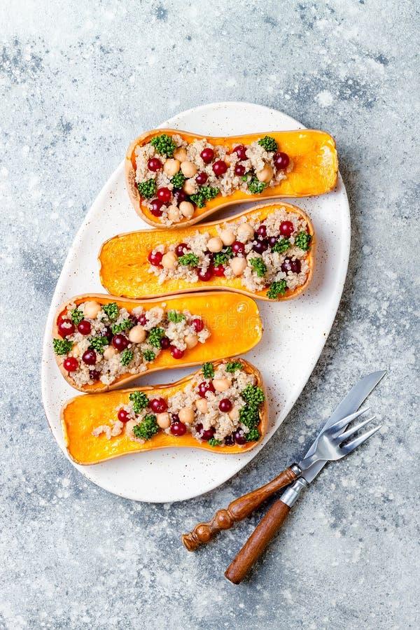 La courge de butternut bourrée avec des pois chiches, canneberges, quinoa a fait cuire dans la noix de muscade, clous de girofle, photos libres de droits