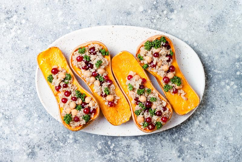 La courge de butternut bourrée avec des pois chiches, canneberges, quinoa a fait cuire dans la noix de muscade, clous de girofle, photographie stock libre de droits