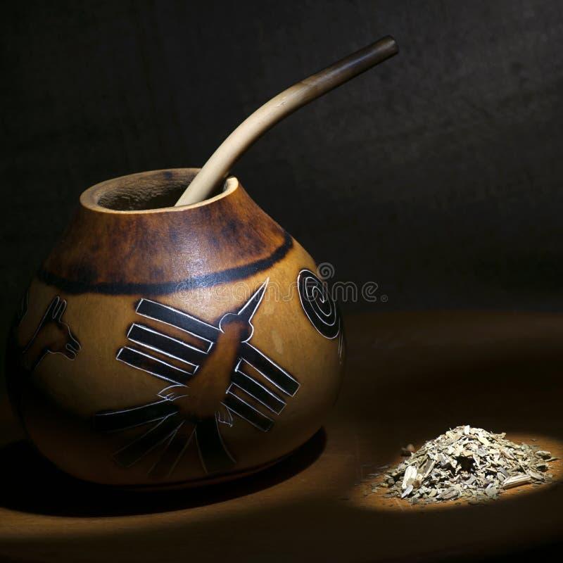La courge traditionnelle de calebasse avec le bombilla et le yerba joignent image libre de droits