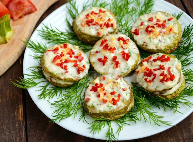 La courgette frite épicée sonne avec la mayonnaise, l'ail, le piment et les herbes photo libre de droits