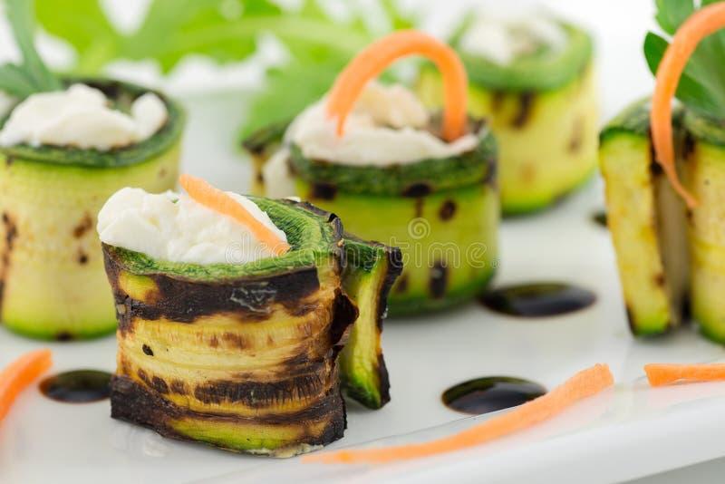La courgette grillée roule avec du fromage images stock