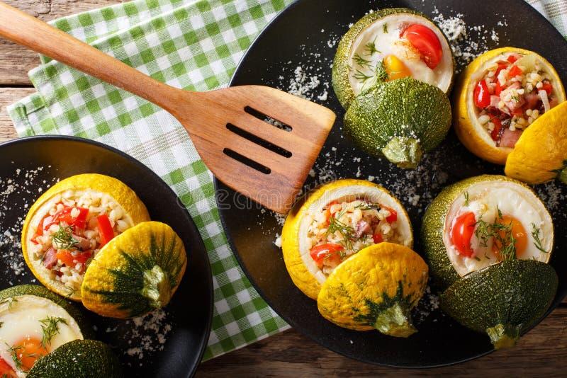 La courgette jaune a fait cuire au four avec le bulgur et la viande et le St vert de courgette photo stock