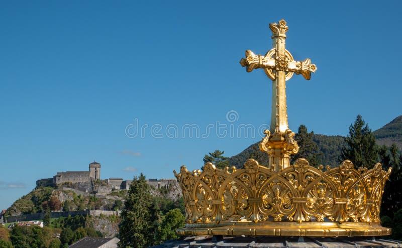 La couronne dorée et la croix à Lourdes photo libre de droits