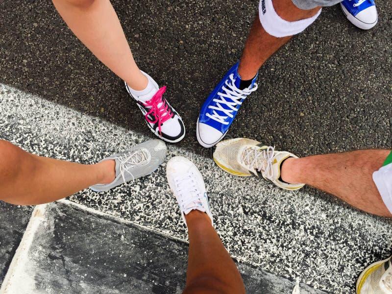 La course de couleur chausse l'équipe photos libres de droits
