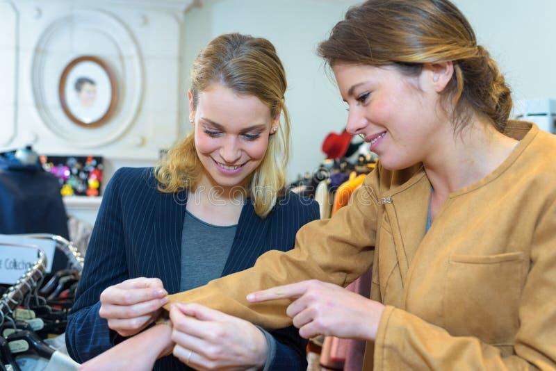 La couturière prépare le détail d'enveloppe avec des lignes de croquis photos libres de droits