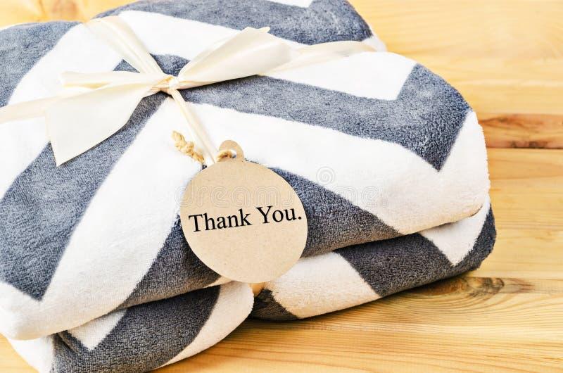 La couverture avec vous remercient d'étiqueter le cadeau avec le ruban image libre de droits