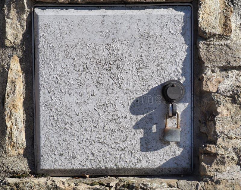 La couverture d'une boîte pour le système électrique s'est fermée avec un cadenas Les fibres de verre ont émergé du moulage par i images stock