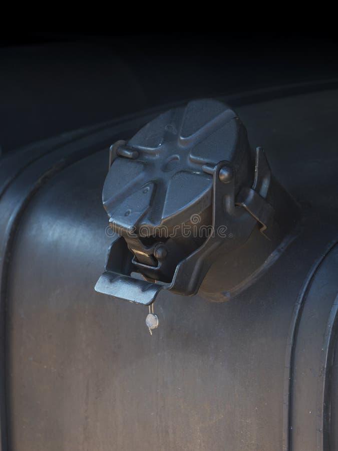 La couverture du réservoir de carburant sur les véhicules lourds Grand réservoir de carburant Fin vers le haut image stock