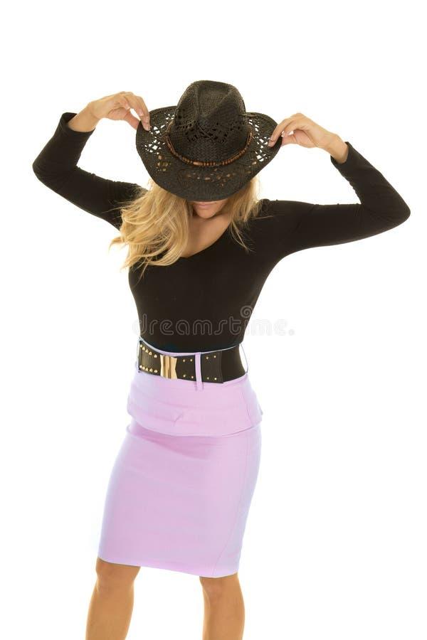 La cow-girl dans la tête verte de jupe maintiennent le chapeau images stock