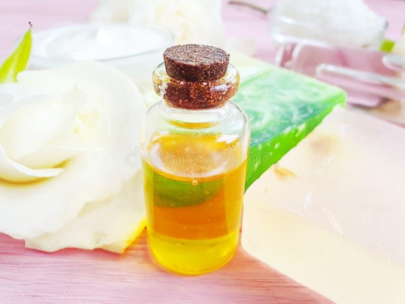 La crème cosmétique, extrait organique de mode de vie de bien-être de collection de crème hydratante s'est levée la fleur, savon  image libre de droits