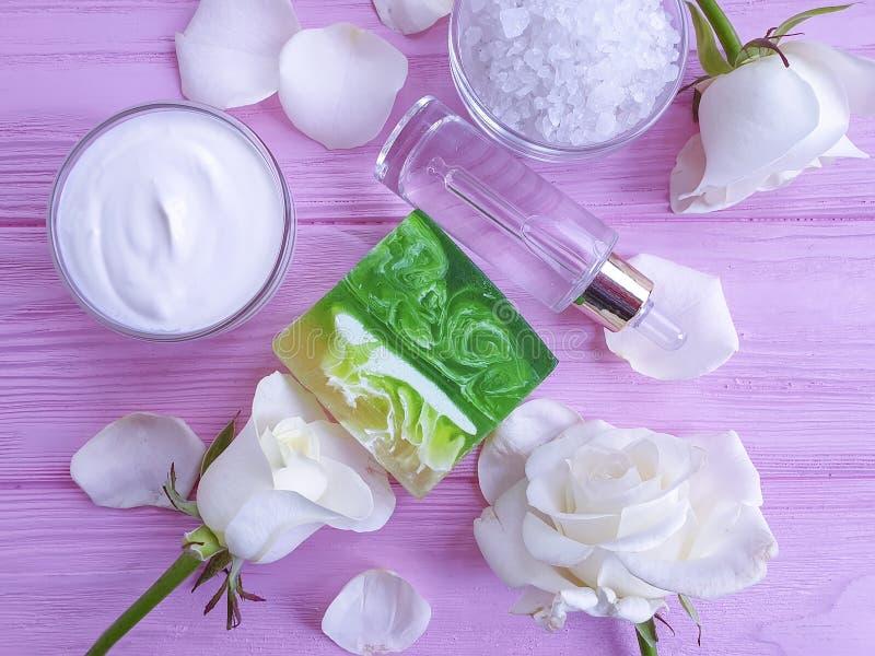 La crème cosmétique, extrait organique de mode de vie de bien-être de crème hydratante s'est levée la fleur, savon sur un fond en images stock