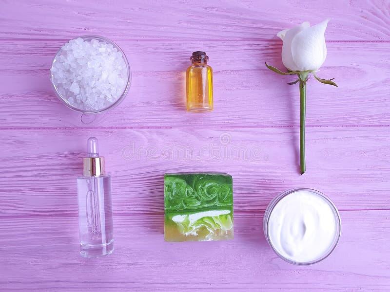 La crème cosmétique, extrait organique de mode de vie de bien-être de crème hydratante s'est levée la fleur, savon sur un fond en photo libre de droits