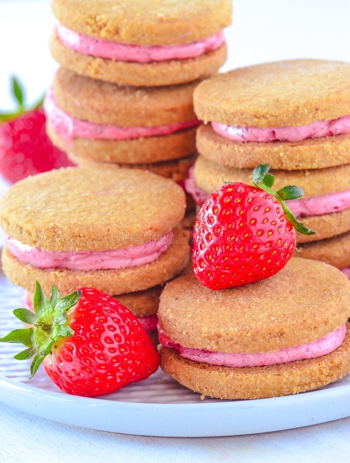 La crème Eggless de fraise a rempli macarons photo libre de droits
