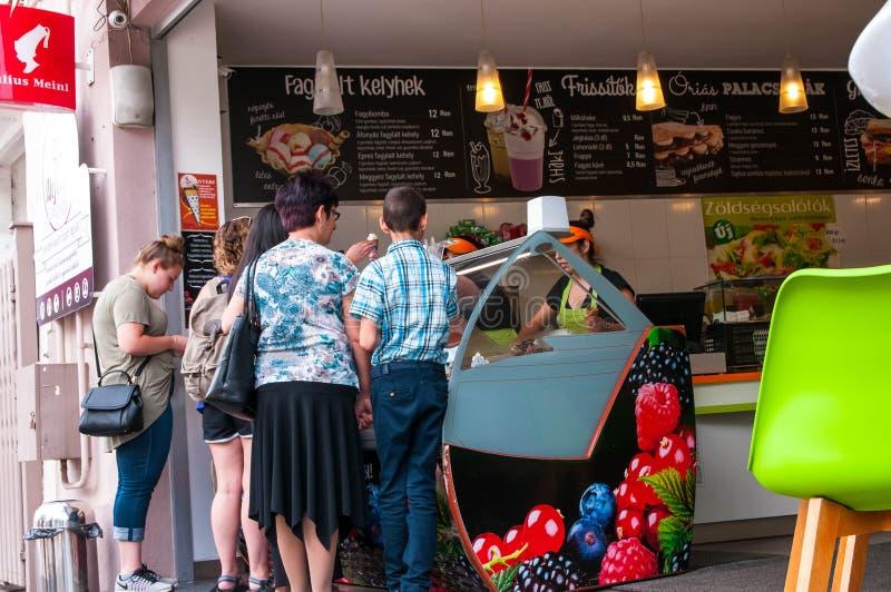 La crème glacée et le café servants de personnes chez petit Julius Meinl font des emplettes photos stock