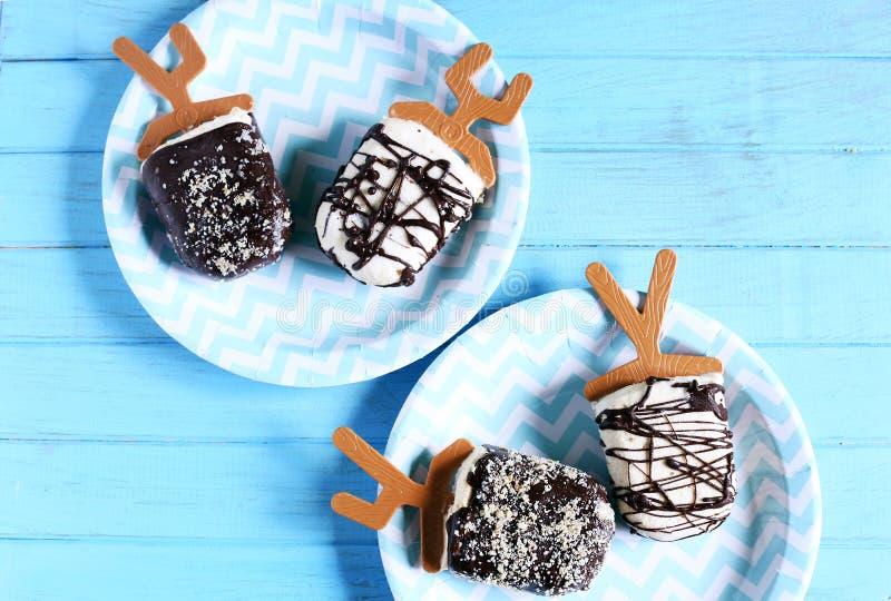 La crème glacée saute, les sucettes de yaourt surgelé, la glace à l'eau avec du chocolat et les écrous photographie stock libre de droits