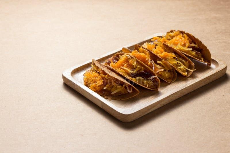 La crêpe ou le Kanom croustillante Buang Boran de style thaïlandais est un genre de dessert thaïlandais traditionnel photos libres de droits
