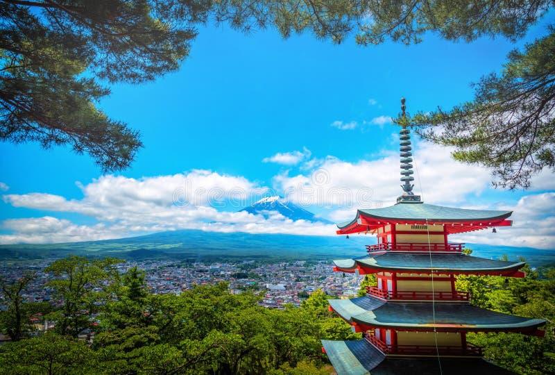 La crête de la butte et des arbres Crested par Mt Fuji entre le nuage avec la pagoda de Chureito dans le s images libres de droits