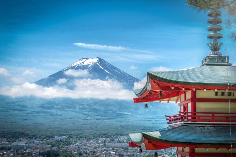 La crête de la butte et des arbres Crested par Mt Fuji entre le nuage avec la pagoda de Chureito dans le s photographie stock