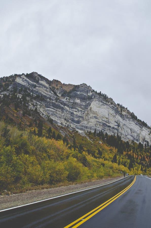 La crête de granit au-dessus des longues routes de recourbement photo stock