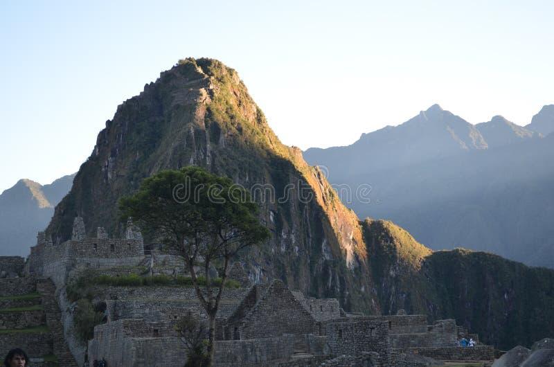 La crête de Huayna Picchu attrape la lumière du soleil de matin chez Machu Picchu, Cuzco, Pérou image stock