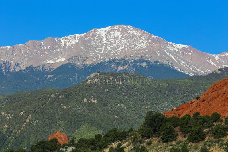 La crête de Pike à Colorado Springs avec les roches rouges arbres verts, et ciel bleu image libre de droits