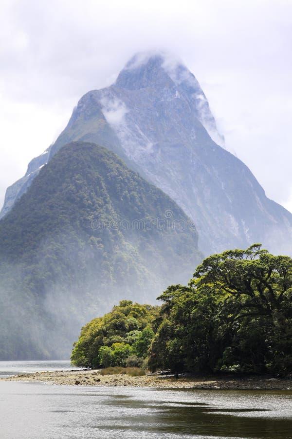 la cr?te neuve nationale de stationnement de mitre de milford de fiordland retentit la z?lande photos libres de droits