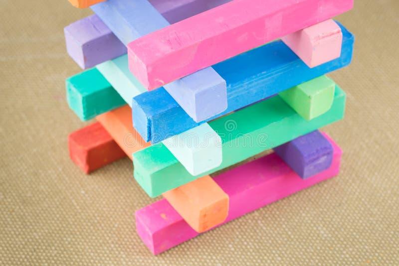 La craie en pastel colorée colore des morceaux de crayon photo libre de droits