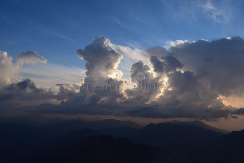 La creación de nubes su mirada grande fotos de archivo