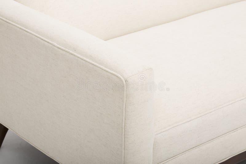 La crema comoda colora un sof? di legno di tre seater con fondo bianco - immagine di riserva fotografia stock libera da diritti