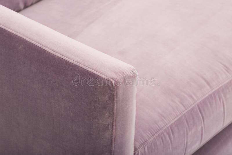 La crema comoda colora un sof? di legno di tre seater con fondo bianco - immagine di riserva fotografie stock libere da diritti