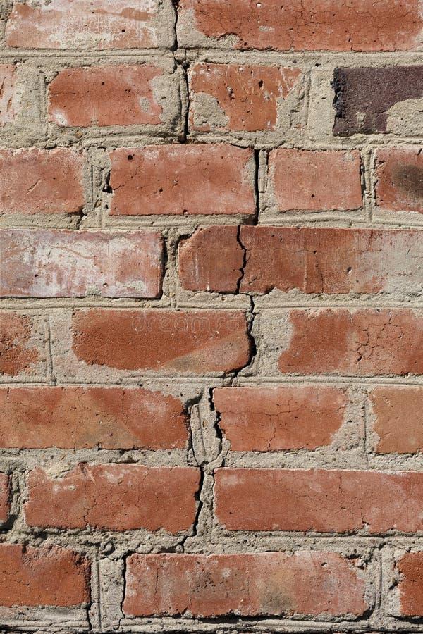 La crepa nel muro di mattoni fotografie stock libere da diritti