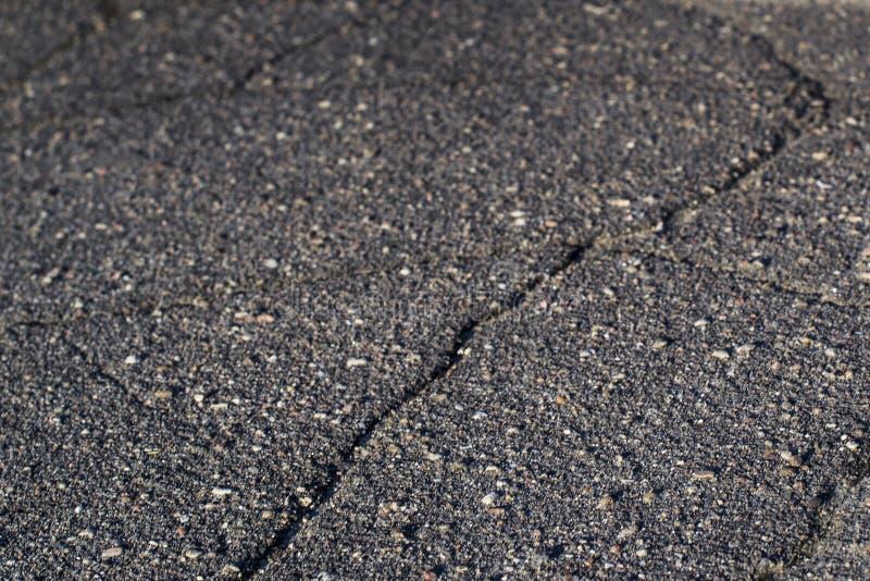 La crepa nell'asfalto è vicina immagini stock