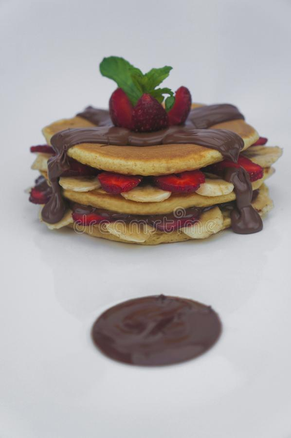 La crepe con la fresa y el plátano frescos remató en la salsa de chocolate fotos de archivo libres de regalías