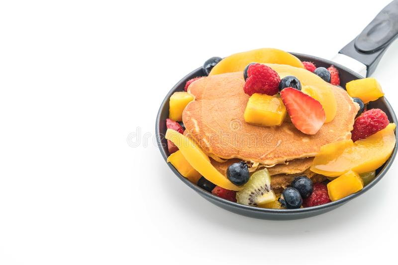 la crepe con la mezcla da fruto (fresa, arándanos, frambuesas, m fotos de archivo