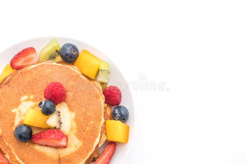 la crepe con la mezcla da fruto (fresa, arándanos, frambuesas, m imagen de archivo