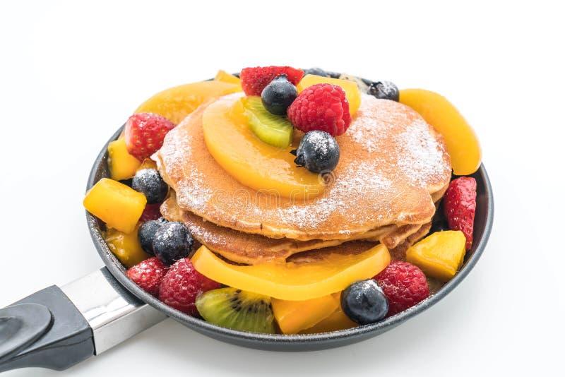 la crepe con la mezcla da fruto (fresa, arándanos, frambuesas, m imágenes de archivo libres de regalías