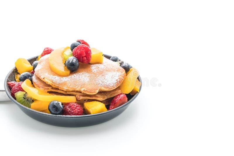 la crepe con la mezcla da fruto (fresa, arándanos, frambuesas, m foto de archivo libre de regalías