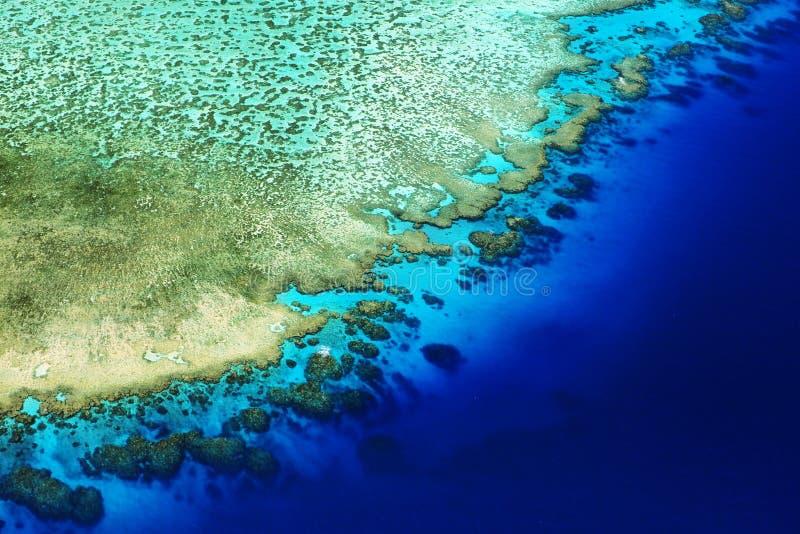 La cresta della barriera corallina incontra l'oceano, la Grande barriera corallina, Australia fotografia stock libera da diritti