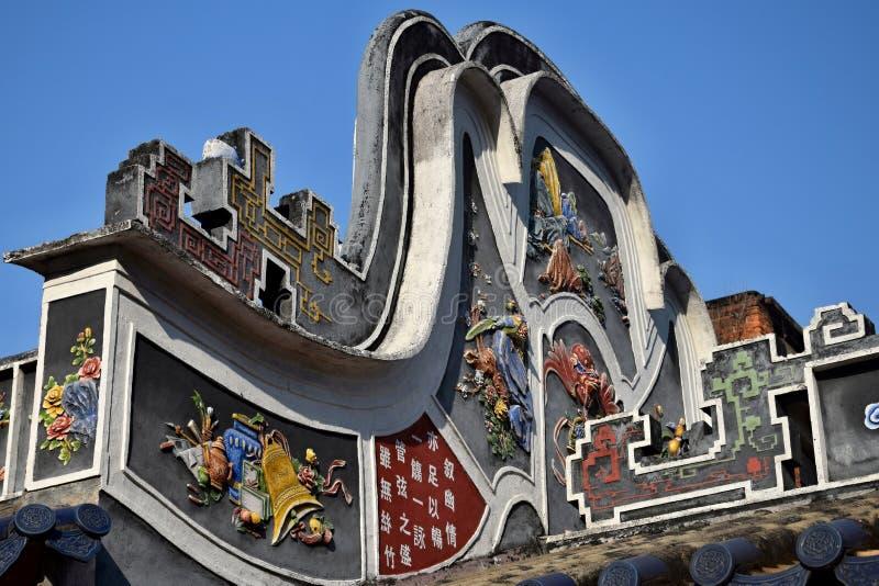 La cresta delle terraglie sul tetto del tempio cinese del taoist fotografia stock