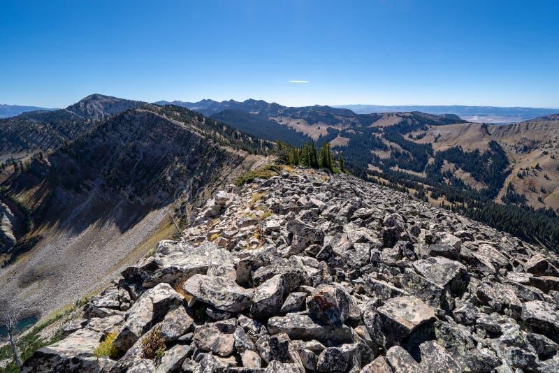 La cresta pericolosa stretta rocciosa del ghiaione del talus oscilla sopra la traccia di montagna immagine stock