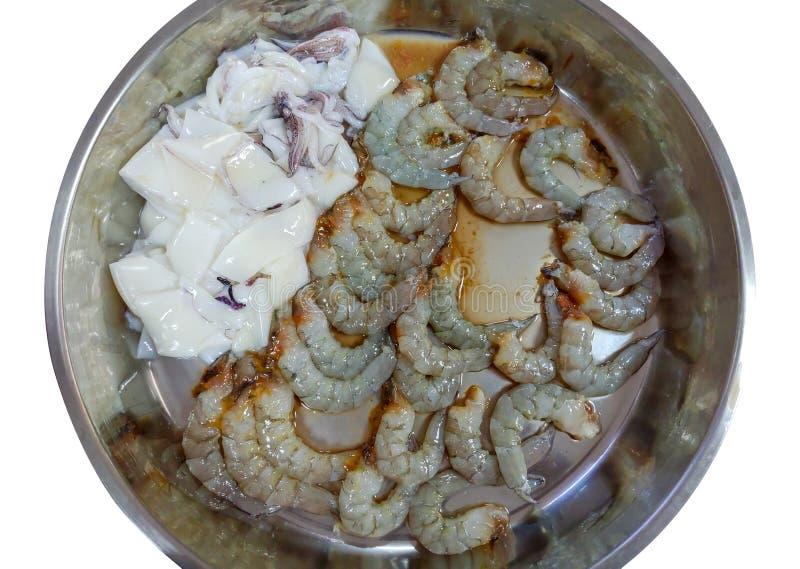 La crevette et le calmar frais dans le pot d'acier inoxydable disposent à faire cuire photo libre de droits