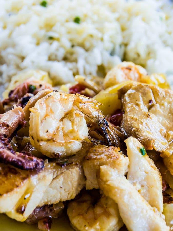 La crevette et le riz cuisent, nourriture brésilienne typique image libre de droits