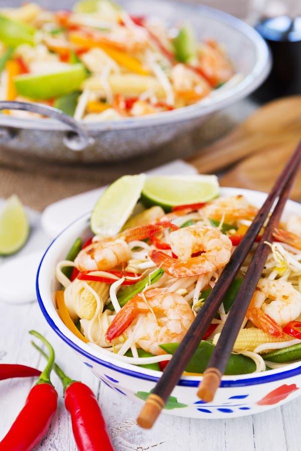 La crevette et les légumes sains font sauter à feu vif photographie stock
