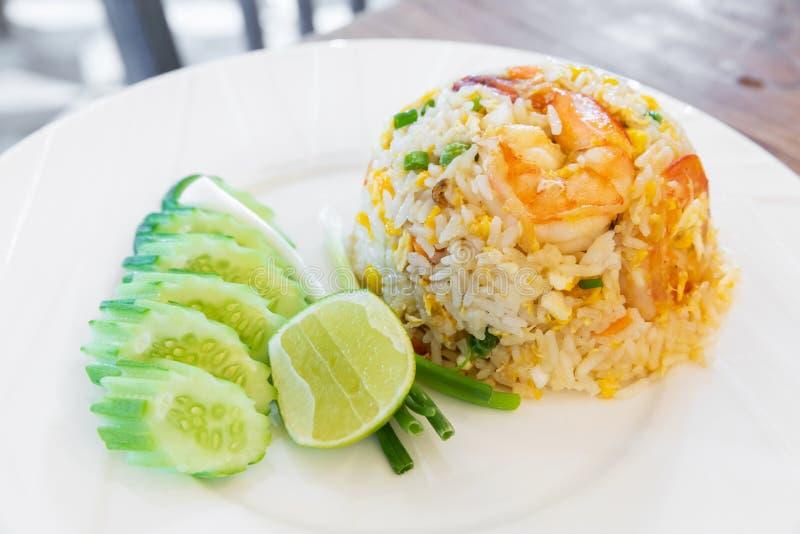La crevette a fait frire le riz avec l'oeuf image stock