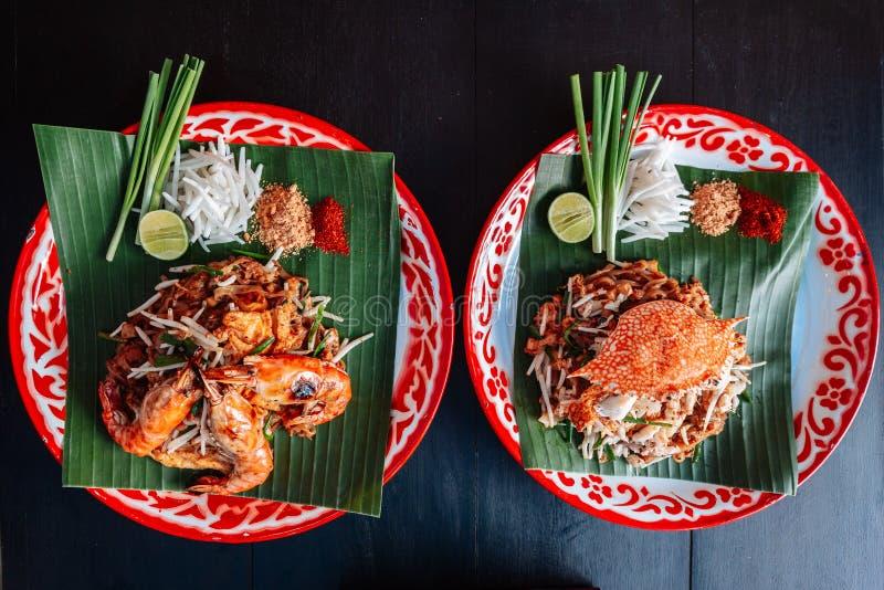 La crevette rose ou la crevette et le crabe capitonnent thaïlandais servie avec la chaux, oignons blancs, pousses de haricot poud photographie stock