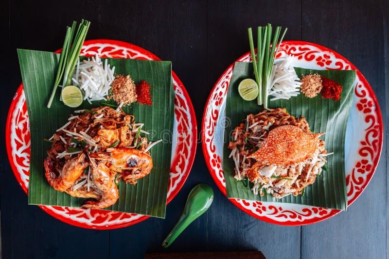 La crevette rose ou la crevette et le crabe capitonnent thaïlandais servie avec la chaux, oignons blancs, pousses de haricot poud images libres de droits