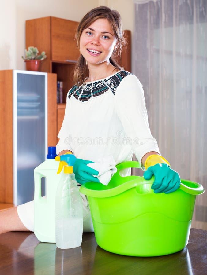 La criada limpia la casa imágenes de archivo libres de regalías